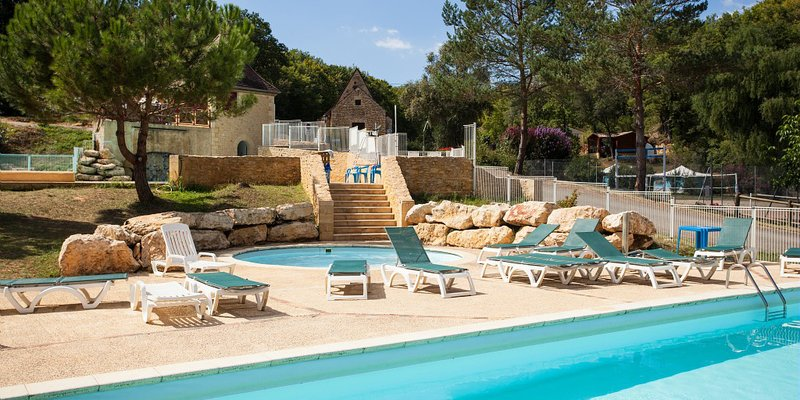 Camping le val d 39 ussel france vacansoleil for Piscine ussel